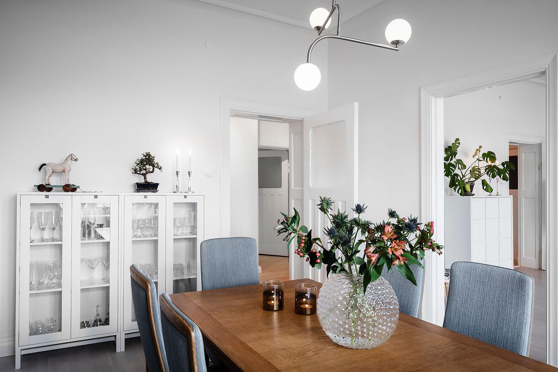 Vitrinskåp Mavis möbler, taklampa pholc