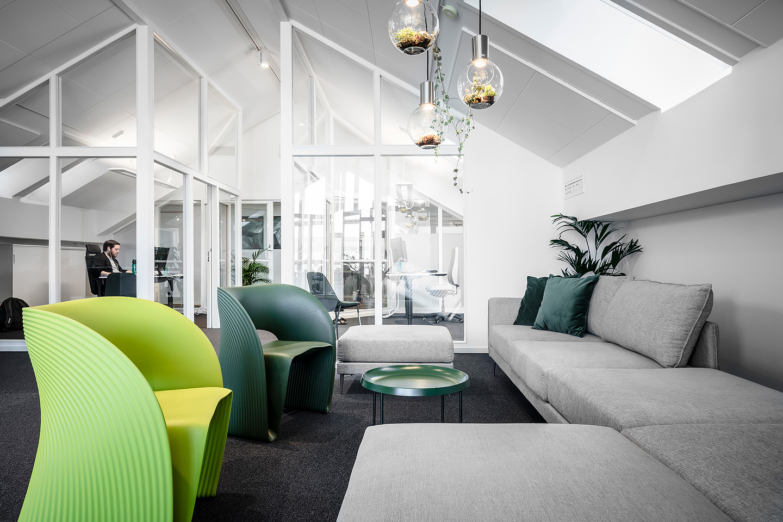 Soffbord Hay, Raviolo stol Magis, Lampor Globen lighting, Soffa Alva Sits, Studio A3